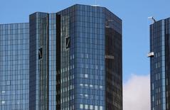 Le gouvernement allemand négocie discrètement avec les autorités américaines pour aider Deutsche Bank à trouver rapidement un accord pour solder le litige portant sur la vente de titres adossés à des actifs immobiliers aux Etats-Unis. /Photo prise le 5 octobre 2016/REUTERS/Kai Pfaffenbach