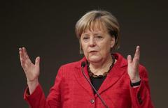Le gouvernement allemand prévoit des baisses d'impôts pouvant atteindre 6 milliards d'euros en 2017 et 2018, a déclaré jeudi Angela Merkel. /Photo prise le 6 octobre 2016/REUTERS/Fabrizio Bensch