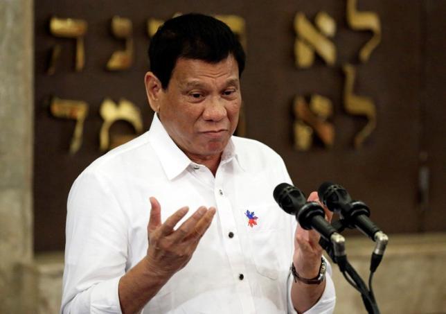 10月6日、就任90日を迎えたフィリピンのドゥテルテ大統領(写真)は、麻薬撲滅戦争や西側指導者に対する痛烈な批判で知られているが、最新国内世論調査では「大変良い」との評価を獲得したことが明らかになった。マカティ市で4日代表撮影(2016年 ロイター)