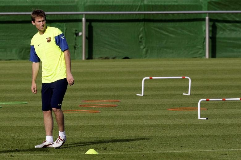 Barcelona's Alexander Hleb looks at his team-mates during a training session in Barcelona July 20, 2009.   REUTERS/Gustau Nacarino/Files