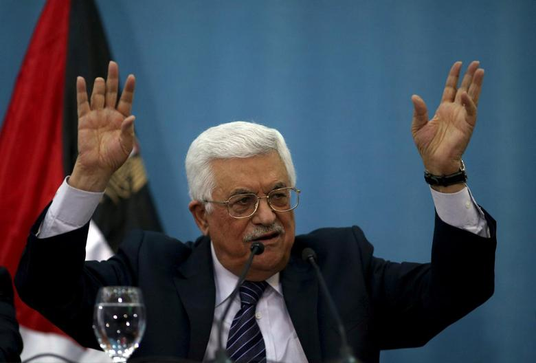 Palestinian President Mahmoud Abbas gestures as he speaks to the media in the West Bank city of Ramallah January 23, 2016. REUTERS/Mohamad Torokman/File Photo