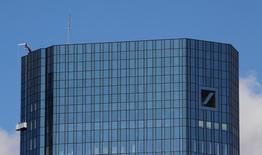 Deutsche Bank y muchos otros grandes bancos deberían reexaminar sus modelos de negocio para mantener una rentabilidad a largo plazo en un entorno de tipos de interés bajo, dijo el jueves Christine Lagarde, la directora gerente del Fondo Monetario Internacional (FMI). En la imagen, trabajadores limpian la fachada de la sede de Deutsche Bank en Fráncfort, el 5 de octubre de 2016.   REUTERS/Kai Pfaffenbach