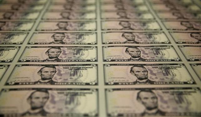 10月6日、終盤のニューヨーク外為市場ではドルが上昇。対円では104円台まで買われて1カ月ぶりの高値を付けた。米雇用関連指標が堅調な内容だったことを受け、連邦準備理事会(FRB)の年内利上げ観測が高まった。米財務省造幣局で2015年3月撮影(2016年 ロイター/Gary Cameron)