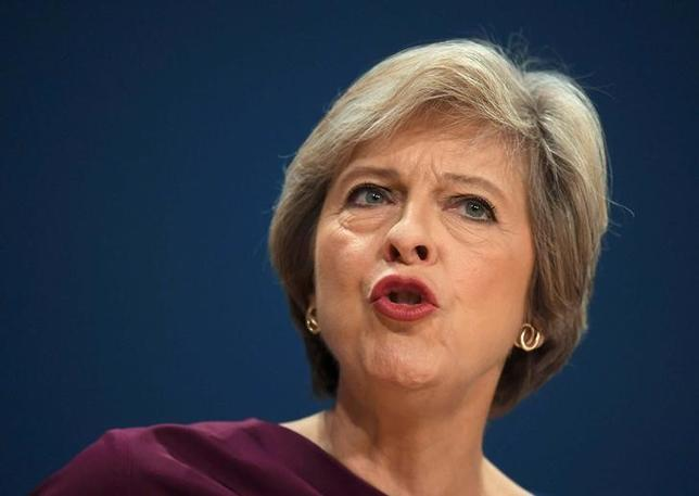 10月6日、メイ英首相(写真)は中央銀行の量的金融緩和策を批判したが、これは誤ったシグナルを送る恐れがある。バーミンガムで5日撮影(2016年 ロイター/Toby Melville)