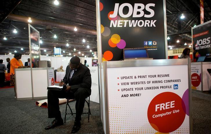 美国费城,求职者在招聘会上填写求职申请。美国上周请领失业金人数意外降至43年低点附近,暗示劳动力市场保持强势,或将支持美联储今年升息的看法。REUTERS/Mark Makela
