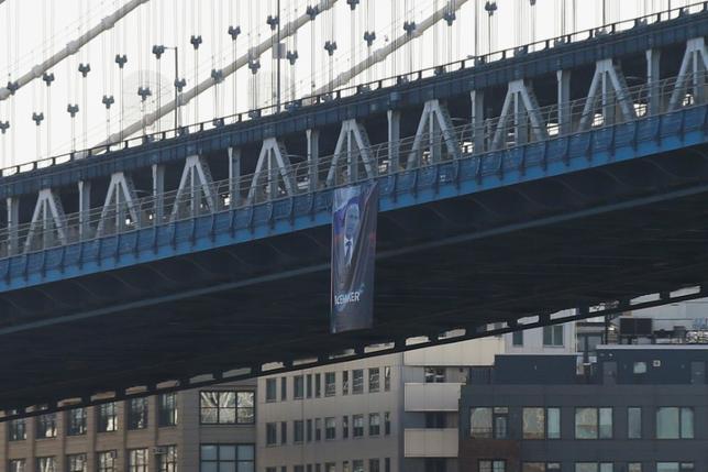10月6日、米ニューヨークのマンハッタンとブルックリンを結ぶ橋の側面に、何者かがプーチン・ロシア大統領の写真が写った大きな垂れ幕をかけたとして、警察が捜査している(2016年 ロイター/Brendan McDermid)