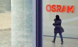 Las acciones de Osram se dispararon hasta un máximo histórico el jueves, tras una información que aseguró que el fabricante chino de chips Sanan Optoelectronics Co Ltd quiere comprar a la compañía de iluminación alemana. En la imagen, una mujer camina en la sede de Osram en Múnich, Alemania, el 26 de febrero de 2014. REUTERS/Michaela Rehle/File Photo