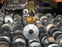 Цех сталелитейного завода Salzgitter AG в городе Зальцгиттер. 3 марта 2016 года. Промпроизводство Германии увеличилось сильнее ожидаемого в августе, показав максимальный подъем с января после рекордного за 23 месяца снижения в июле, сигнализируя о том, что промышленный сектор мог поддержать рост в третьем квартале. REUTERS/Fabian Bimmer/File Photo