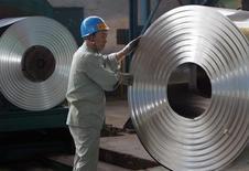 L'Union européenne a fixé des droits anti-dumping provisoires sur deux catégories d'acier importé de Chine, selon elle, à vil prix.. /Photo d'archives/ REUTERS/Alfred Cheng Jin