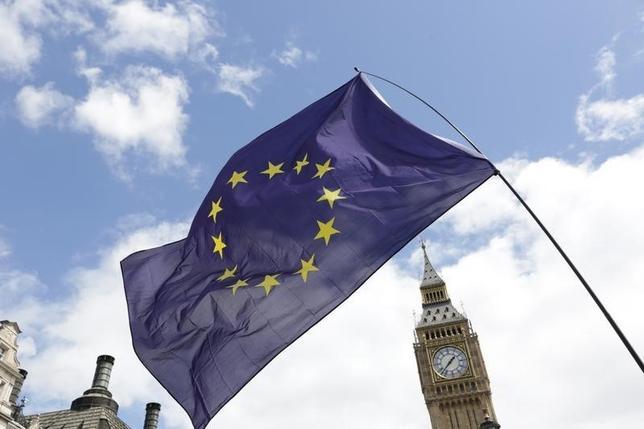 10月7日、汚職反対運動を展開する団体トランスペアレンシー・インターナショナル(TI)英国支部は7日、英国のEU離脱を決めた6月23日の国民投票で、キャンペーンを行ったグループに寄付された資金の半分以上が10の個人と企業からのものだったとの調査結果を発表した。写真はビッグベンを背景にしたEUの旗、ロンドンで7月撮影(2016年 ロイター/Paul Hackett)