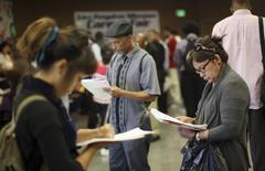 Imagen de archivo de la Feria Anual de Empleo Skid Row en Los Ángeles. El crecimiento del empleo en Estados Unidos probablemente se fortaleció en septiembre, lo que reforzaría el argumento a favor de una subida de las tasas de interés de la Reserva Federal e indicaría un aumento del impulso en la economía antes de las elecciones presidenciales. REUTERS/David McNew/File Photo