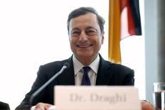 El presidente del Banco Central Europeo, Mario Draghi, durante una reunión con legisladores alemanes en Berlín. 28 de septiembre de 2016. El Banco Central Europeo (BCE) hará su parte para respaldar el crecimiento de la zona euro, ya que seguirá adelante con su política de estímulo con tasas de interés ultra bajas y compras de bonos, dijo el viernes el presidente de la entidad financiera regional, Mario Draghi. REUTERS/Axel Schmidt