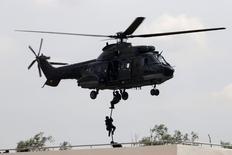 L'Agence européenne de la sécurité aérienne (EASA) a levé vendredi l'interdiction temporaire de vol des hélicoptères Super Puma d'Airbus imposée début juin. Cette immobilisation des Super Puma avait été décidée après la découverte d'une usure anormale du métal sur la boîte de transmission d'un appareil qui s'est écrasé en Norvège le 29 avril. /Photo d'archives/REUTERS/Edgar Su