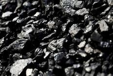 Le gouvernement français hésite entre deux scénarios pour instaurer un prix plancher du carbone appliqué à la seule utilisation du charbon dans la production d'électricité, à partir de janvier 2017. La mission d'experts chargée d'étudier les implications juridiques, économiques et sociales de cette mesure doit rendre ses conclusions vendredi prochain, afin que ce dispositif puisse être intégré à la loi de finances rectificative. /Photo d'archives/REUTERS/Jonathan Ernst