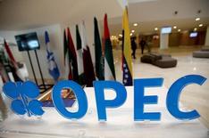 El logo de la OPEP antes de una reunión informal del grupo en Argelia. Funcionarios de la OPEP se embarcarán en una inusual serie de reuniones en las próximas semanas, dijeron el viernes fuentes de la organización, en un intento por definir los detalles de un acuerdo para recortar la producción de crudo que fue alcanzado la semana pasada en Argelia. 28 de septiembre de 2016. REUTERS/Ramzi Boudina