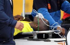 Atacante Enner Valencia deixa campo em maca em Quito.     06/10/2016          REUTERS/Guillermo Granja