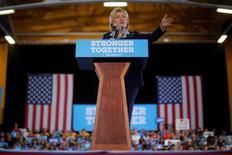 Кандидат в президенты США от демократов Хиллари Клинтон на предвыборной мероприятии в Акроне, штат Огайо, 3 октября 2016 года. Клинтон обещает повысить налоги для богатых, оставить в силе финансовую реформу Додда-Франка и создать механизм предоставления гражданства нелегальным мигрантам. REUTERS/Brian Snyder