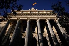 El Ibex-35 de la bolsa española cerró el viernes con su mayor caída en casi un mes en medio de los temores del mercado a los efectos de la salida de Reino Unido de la Unión Europea que provocó una caída repentina de la libra y un dato del empleo en EEUU peor de lo previsto. En esta imagen de archivo, una bandera española ondea en lo alto del edificio de la Bolsa de Madrid el 1 de junio de 2016. REUTERS/Juan Medina