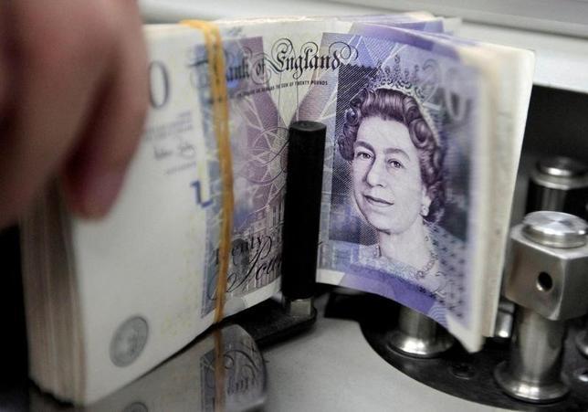10月7日、外国為替市場で英ポンドが急落し、わずか数分の間に下落率は10%に達した。写真はポンド紙幣。バンコクの銀行で2010年10月撮影(2016年 ロイター/Sukree Sukplang/File Photo)