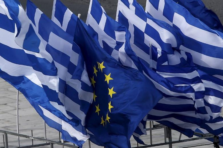Greek and EU flags flutter at an open air kiosk in Athens, Greece, June 22, 2015.  REUTERS/Yannis Behrakis