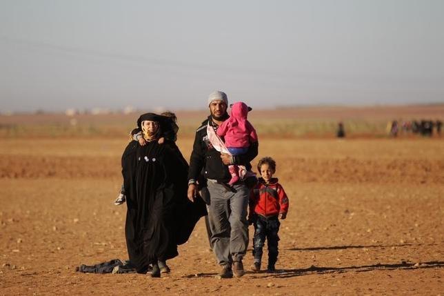 10月5日、シリアの内戦勃発からすでに約5年6カ月が経過した。写真はイスラム過激派組織「イスラム国(IS)」の支配地域から脱出し、シリア北部のアレッポ州ワクフに到着する人々。9月撮影(2016年 ロイター/Khalil Ashawi)