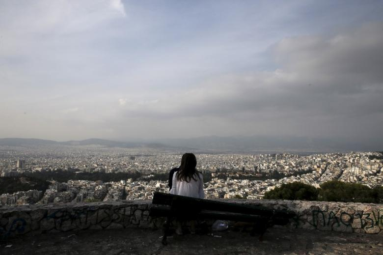 A couple enjoys the view of Athens from Lycabettus hill in Athens, Greece, October 18, 2015. REUTERS/Alkis Konstantinidis