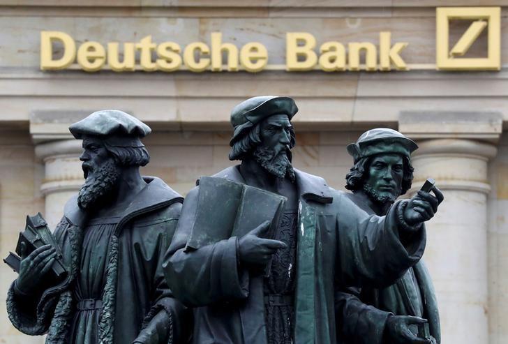 2016年9月30日,德国法兰克福,德意志银行的logo及旁边的雕塑。REUTERS/Kai Pfaffenbach