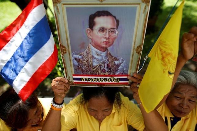 10月10日、タイ王室庁は9日夜、プミポン国王(88)が血液透析を受けた後、容体が不安定になっているとする声明を発表した。写真はプミポン国王の回復を願うタイの人々、バンコクで9日撮影(2016年 ロイター/Athit Perawongmetha)