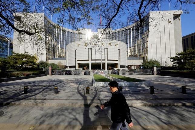10月9日、中国人民銀行の周小川総裁は、ワシントンで開催されたG20財務相・中央銀行総裁会議で、中国の銀行不良債権が増加するなか、中国銀行システムのリスクは制御可能と述べた。写真は中国人民銀行、北京で2013年11月撮影(2016年 ロイター/Jason Lee)