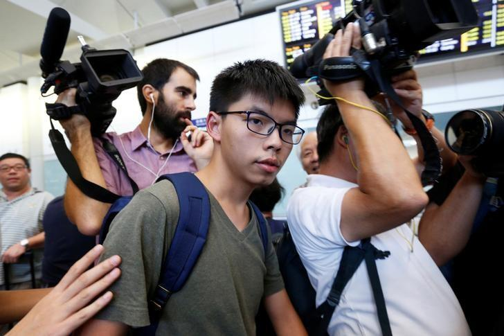 Pro-democracy activist Joshua Wong is surrounded by journalists upon his arrival at Hong Kong Airport in Hong Kong, China October 5, 2016, after being deported from Bangkok.    REUTERS/Bobby Yip