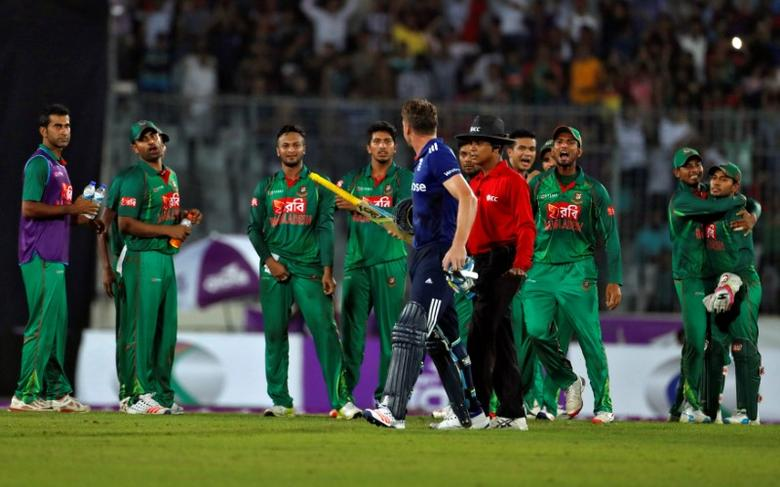 Cricket - England v Bangladesh - Second One Day International - Sher-e-Bangla Stadium, Dhaka, Bangladesh - 09/10/16. Bangladesh players exchange words with England's Jos Buttler after he was bowled out during the second One Day International. REUTERS/Cathal McNaughton