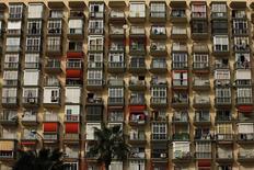 El precio de la vivienda usada, así como el del alquiler, remontó en el tercer trimestre de 216, según datos publicados este lunes por portales inmobiliarios que suponen nuevos signos de estabilización del mercado inmobiliario. En la imagen de archivo, un edificio en la población costera de Torremolinos, provincia de Málaga. 27 de Marzo de 2009. REUTERS/Jon Nazca