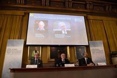 """Miembros de la Real Academia de las Ciencias presentan a los ganadores del Premio Nobel de Economía 2016: Oliver Hart y Bengt Holmstrom, en Estocolmo, Suecia. 10 de octubre de 2016. El británico Oliver Hart y el finlandés Bengt Holmstrom fueron galardonados con el premio Nobel de Economía de 2016 por """"sus contribuciones a la teoría de los contratos"""", dijo el lunes la Real Academia de las Ciencias de Suecia. TT News Agency/Stina Stjernkvist/ via REUTERS   ATENCIÓN EDITORES: SOLO PARA USO EDITORIAL. IMAGEN ENTREGADA POR UN TERCERO"""