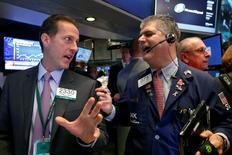 Operadores trabajando en la Bolsa de Nueva York, Estados Unidos. 6 de octubre de 2016. Las acciones en Estados Unidos subían el lunes porque la escalada de los precios del petróleo a máximos de un año impulsaba a los papeles de las empresas de energía. REUTERS/Brendan McDermid