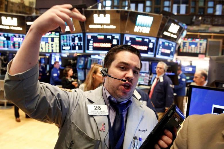 Traders work on the floor of the New York Stock Exchange (NYSE) in New York City, U.S., October 6, 2016. REUTERS/Brendan McDermid