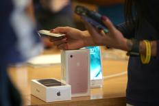 A customer buys the new iPhone 7 smartphone inside an Apple Inc. store in Los Angeles, California, U.S., September 16, 2016. REUTERS/Lucy Nicholson