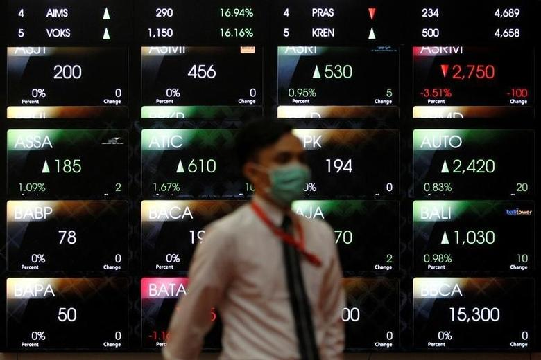 An employee walks in front of an electronic board at the Indonesia Stock Exchange (IDX) in Jakarta, Indonesia, August 22, 2016.  REUTERS/Iqro Rinaldi/File Photo
