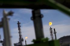 Las bolsas europeas caían el martes, lastrados por el repliegue de las principales petroleras.   En esta imagen de archivo del 8 de febrero de 2016, vista de una refinería de Pemex en el estado mexicano de Guanajuato.  REUTERS/Edgard Garrido