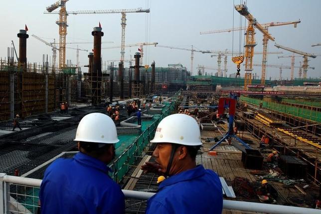 10月10日、中国当局は、北京新空港の第1期工事が2019年までに完了する予定だと明らかにした。完成すれば利用者数で世界最大の空港となる見通し。写真は北京新空港建設現場、北京で10日撮影(2016年 ロイター/Thomas Peter)