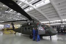 Hélicoptère Black Hawk produit par Sirkorsky sur le site de production polonais de Mielec. La Pologne va prendre livraison cette année de deux hélicoptères de ce type assemblés dans le pays par Sikorsky Aircraft Corporation et huit autres suivront en 2017. /Photo d'archives/REUTERS/Kacper Pempel