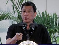 Родриго Дутерте на пресс-конференции в аэропорту Давао, Филиппины. Президент Филиппин Родриго Дутерте во вторник сказал, что, вероятно, посетит Россию после поездки в Японию.  REUTERS/Lean Daval Jr
