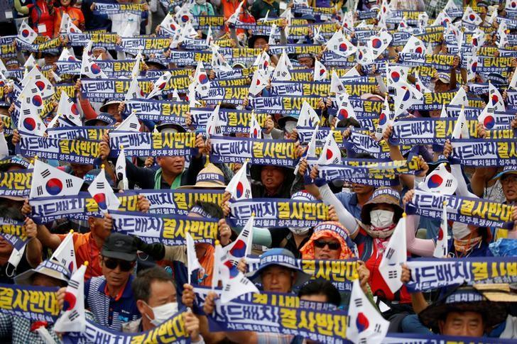 Seoungju residents chant slogans during a protest against the government's decision on deploying a U.S. THAAD anti-missile defense unit in Seongju, in Seoul, South Korea, July 21, 2016. The banner reads ''Desperately oppose deploying THAAD''. REUTERS/Kim Hong-Ji