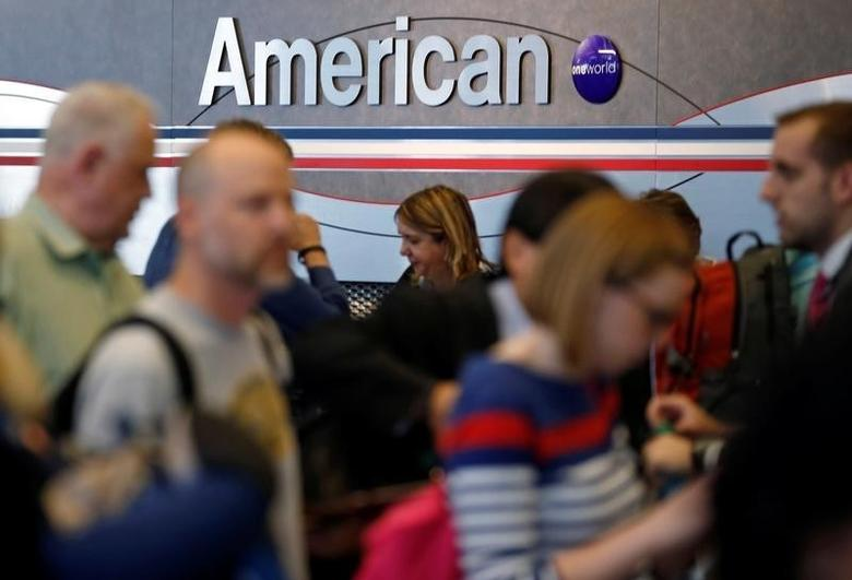 Travelers line up at an American Airlines ticket counter at O'Hare Airport in Chicago, Illinois, May 13, 2014. REUTERS/Jim Young/File Photo     GLOBAL BUSINESS WEEK AHEAD PACKAGE - SEARCH ''BUSINESS WEEK AHEAD JULY 18'' FOR ALL IMAGES - RTSIG1H