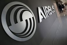 El logo de Airbus en un centro de entrenamiento de la compañía en Singapur. 18 de abril de 2016. Airbus planea reducir el ritmo de montaje del A380 a un avión por mes a partir de 2018, dijo el jefe del programa de este superjumbo a Le Figaro, en un momento en el que el fabricante europeo lucha por resucitar las ventas del avión de pasajeros más grande del mundo. REUTERS/Edgar Su/File Photo