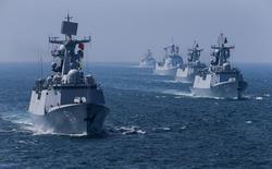 Флотилия идет по морю во время российско-китайских морских учений. Россия и Китай проведут вторые совместные противоракетные учения в следующем году, сообщили китайские СМИ во вторник, после того как Сеул и Вашингтон озмутили Москву и Пекин планами  размещения американской противоракетной системы в Южной Корее.  REUTERS/Stringer