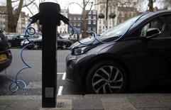 Les véhicules électriques pourraient représenter deux tiers du parc automobile d'ici 2030 dans les grandes agglomérations à hauts revenus de la planète du fait de normes plus strictes sur les émissions polluantes, d'une baisse des coûts technologiques et de l'engouement des consommateurs, montre une étude du cabinet de conseil McKinsey et de Bloomberg New Energy Finance (BNEF). /Photo d'archives/REUTERS/Neil Hall/