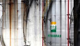 Logo da petroleira estatal brasileira Petrobras é visto em tanque de Cubatão, no Brasil 12/04/2016 REUTERS/Paulo Whitaker