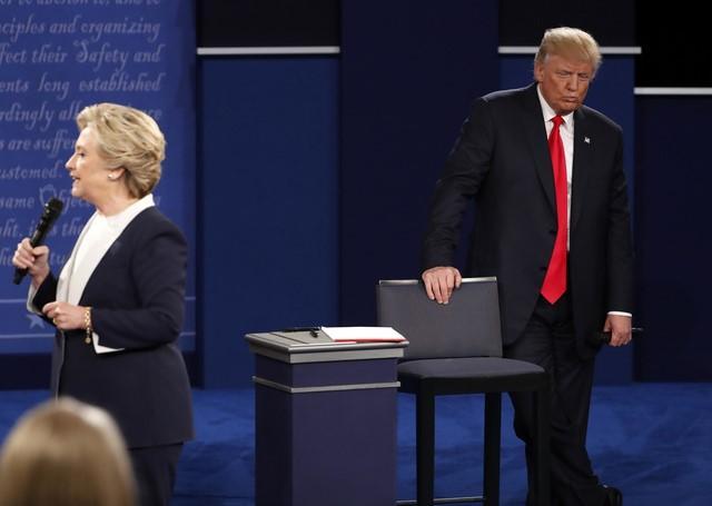 10月11日、ロイター/イプソスが実施した米大統領選に向けた支持率調査によると、民主党候補のヒラリー・クリントン氏が共和党候補のドナルド・トランプ氏を8ポイントリードし、リードを前週の5ポイントから拡大した。ワシントン州で行われた第2回討論会で9日撮影(2016年 ロイター/Jim Young)