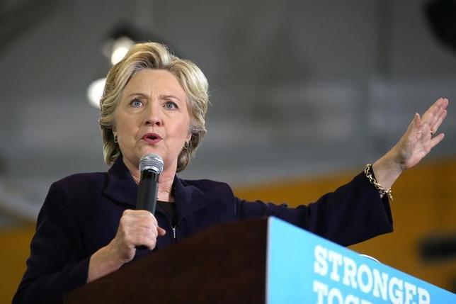 10月10日、米大統領選で民主党のクリントン候補(写真)陣営にとっては新たなリスクが浮上しつつある。世論調査で共和党のトランプ候補の劣勢が続けば、多くの民主党支持者が安心して実際の投票に行かなくなるという事態だ。ミシガン州で撮影(2016年 ロイター/Lucy Nicholson)