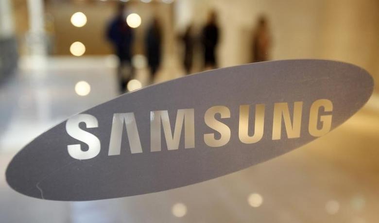 2010年1月7日,首尔,图为三星电子总部一扇门上的企业标识后的参观者。REUTERS/Jo Yong-Hak